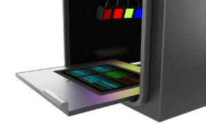 Photo der Innenansicht des Octoplus QPLEX Imagers für RGB + NIR Fluoreszenz, Chemilumineszenz, UV und Weisslichtaufnahmen von großen Flächen